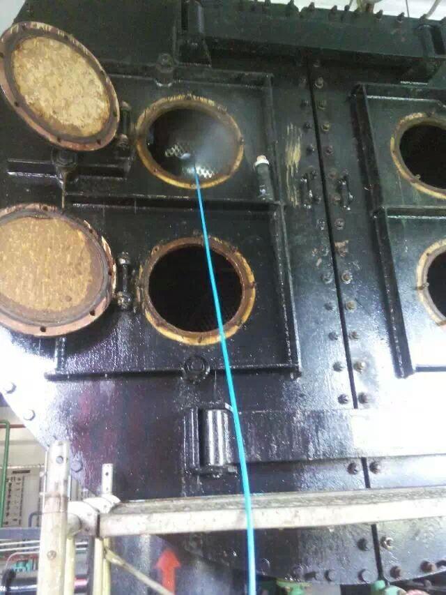 由于冷凝器筒体两端是开放式结构